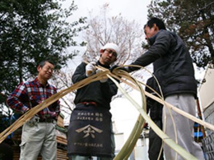 竹箍(たが)を編む練習