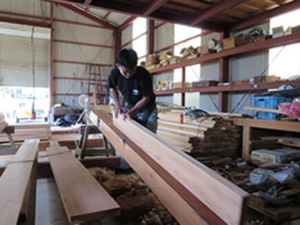 正直台(台かんな)で側板の設置面を削る。