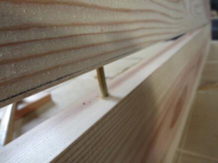 側板と側板を竹くぎで合わせる。