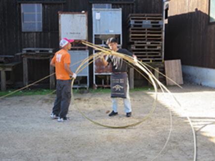 竹たがを編む。竹は小豆島の裏山産